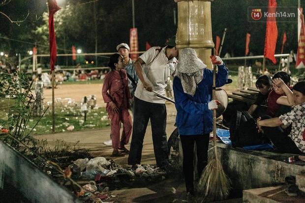 Chùm ảnh: Du khách thuê bạt 150k/đêm nằm ngủ la liệt ngoài trời, xung quanh những thùng rác thải chất đống tại đền Hùng - Ảnh 12.