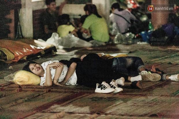 Chùm ảnh: Du khách thuê bạt 150k/đêm nằm ngủ la liệt ngoài trời, xung quanh những thùng rác thải chất đống tại đền Hùng - Ảnh 2.