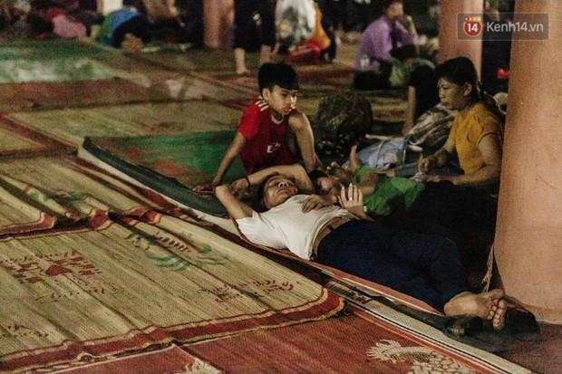 Chùm ảnh: Du khách thuê bạt 150k/đêm nằm ngủ la liệt ngoài trời, xung quanh những thùng rác thải chất đống tại đền Hùng - Ảnh 1.