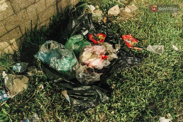 Chùm ảnh: Du khách thuê bạt 150k/đêm nằm ngủ la liệt ngoài trời, xung quanh những thùng rác thải chất đống tại đền Hùng - Ảnh 15.
