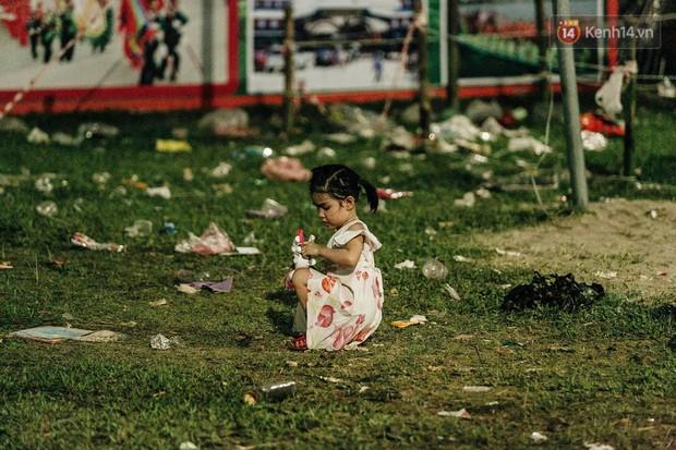 Chùm ảnh: Du khách thuê bạt 150k/đêm nằm ngủ la liệt ngoài trời, xung quanh những thùng rác thải chất đống tại đền Hùng - Ảnh 14.