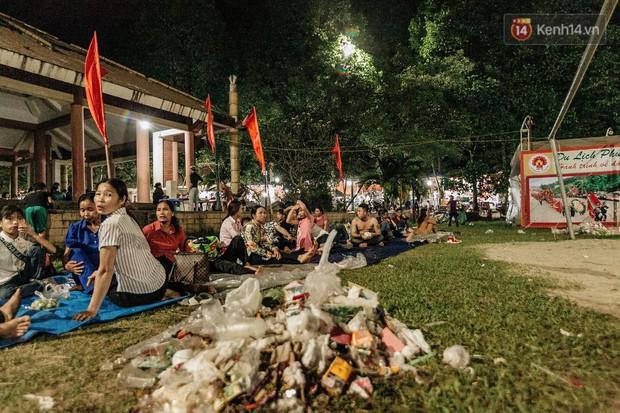 Chùm ảnh: Du khách thuê bạt 150k/đêm nằm ngủ la liệt ngoài trời, xung quanh những thùng rác thải chất đống tại đền Hùng - Ảnh 9.