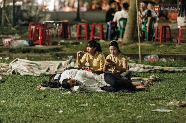Chùm ảnh: Du khách thuê bạt 150k/đêm nằm ngủ la liệt ngoài trời, xung quanh những thùng rác thải chất đống tại đền Hùng - Ảnh 4.