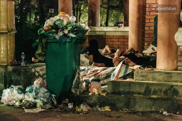 Chùm ảnh: Du khách thuê bạt 150k/đêm nằm ngủ la liệt ngoài trời, xung quanh những thùng rác thải chất đống tại đền Hùng - Ảnh 10.