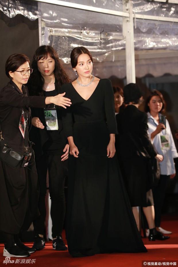Lễ trao giải Kim Tượng: Song Hye Kyo bị chê hơi dừ, Hồ Định Hân ra sức chặt chém dàn mỹ nhân khoe body hết cỡ - Ảnh 6.
