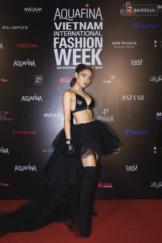 Linh Chi - Lâm Vinh Hải trông như cô dâu chú rể, Cindy Thái Tài lại hở bạo hết sức trên thảm đỏ Tuần lễ thời trang - Ảnh 4.