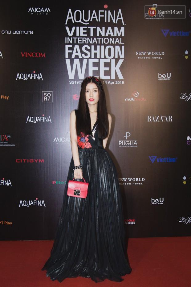 Linh Chi - Lâm Vinh Hải trông như cô dâu chú rể, Cindy Thái Tài lại hở bạo hết sức trên thảm đỏ Tuần lễ thời trang - Ảnh 14.