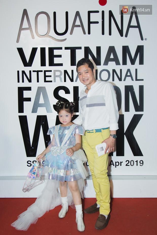 Linh Chi - Lâm Vinh Hải trông như cô dâu chú rể, Cindy Thái Tài lại hở bạo hết sức trên thảm đỏ Tuần lễ thời trang - Ảnh 18.