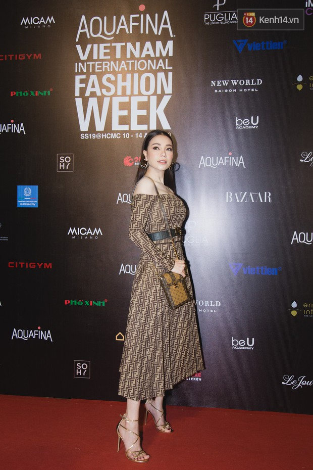 Linh Chi - Lâm Vinh Hải trông như cô dâu chú rể, Cindy Thái Tài lại hở bạo hết sức trên thảm đỏ Tuần lễ thời trang - Ảnh 6.
