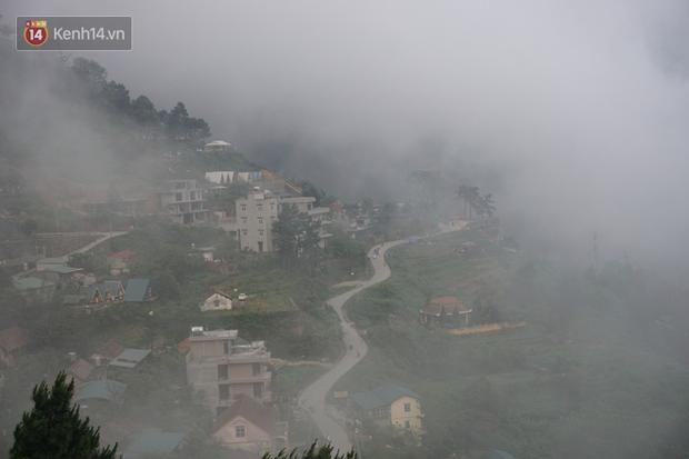 Thị trấn Tam Đảo chìm trong màn sương dịp lễ Giỗ tổ, nhiều du khách thích thú chụp ảnh - Ảnh 1.