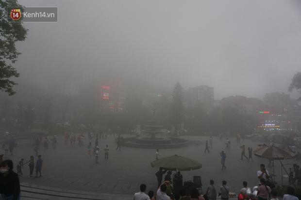 Thị trấn Tam Đảo chìm trong màn sương dịp lễ Giỗ tổ, nhiều du khách thích thú chụp ảnh - Ảnh 4.