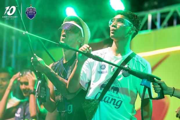 Xuân Trường và các đồng đội quẩy tưng bừng trong lễ hội té nước hoành tráng tại Thái Lan - Ảnh 4.