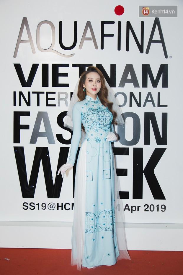 Linh Chi - Lâm Vinh Hải trông như cô dâu chú rể, Cindy Thái Tài lại hở bạo hết sức trên thảm đỏ Tuần lễ thời trang - Ảnh 17.