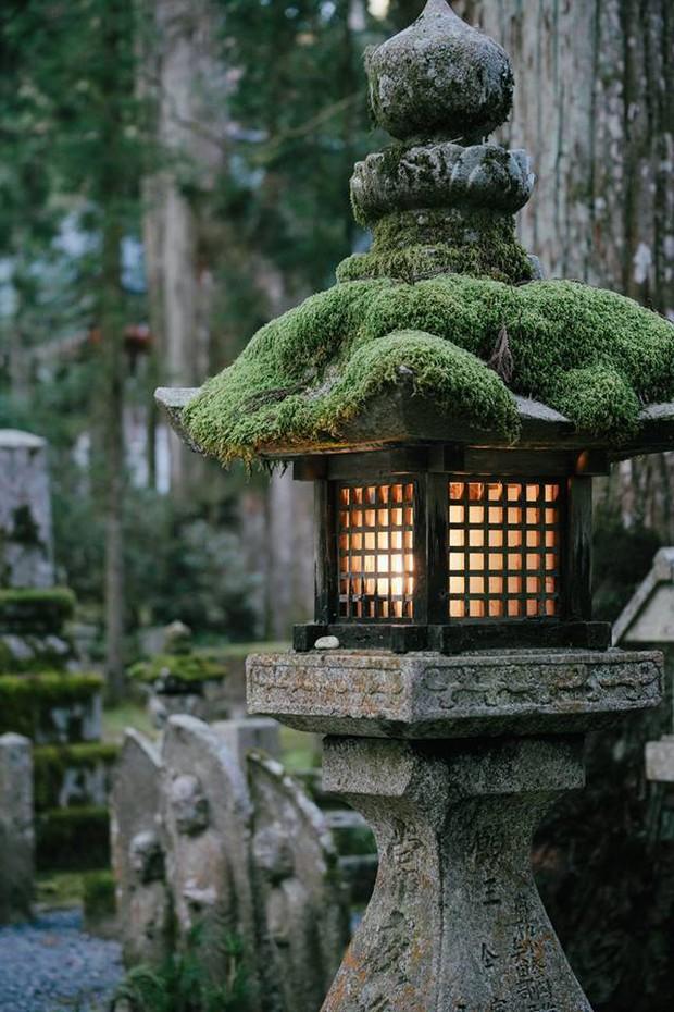 Khám phá Nghĩa trang Okunoin: Nơi được mệnh danh thánh địa thiêng liêng nhất Nhật Bản, có 5000 chiếc lồng đèn không bao giờ tắt - Ảnh 2.