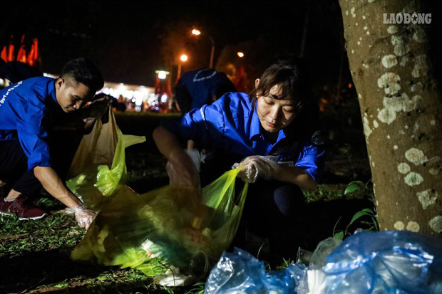 Sinh viên tình nguyện thâu đêm nhặt rác quanh khu vực Đền Hùng - Ảnh 5.
