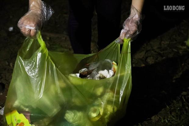 Sinh viên tình nguyện thâu đêm nhặt rác quanh khu vực Đền Hùng - Ảnh 6.