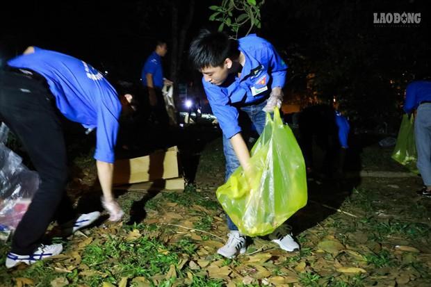 Sinh viên tình nguyện thâu đêm nhặt rác quanh khu vực Đền Hùng - Ảnh 7.