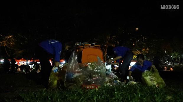 Sinh viên tình nguyện thâu đêm nhặt rác quanh khu vực Đền Hùng - Ảnh 8.