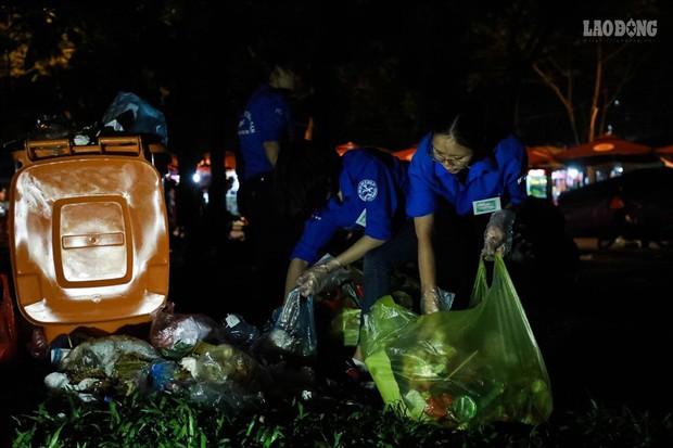 Sinh viên tình nguyện thâu đêm nhặt rác quanh khu vực Đền Hùng - Ảnh 9.