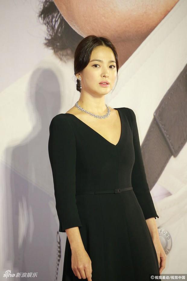 Lễ trao giải Kim Tượng: Song Hye Kyo bị chê hơi dừ, Hồ Định Hân ra sức chặt chém dàn mỹ nhân khoe body hết cỡ - Ảnh 11.