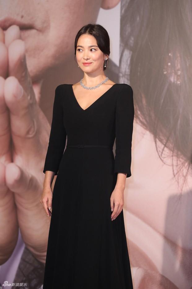 Lộng lẫy nhưng vừa dừ vừa tăng cân tại sự kiện hiếm hoi, Song Hye Kyo còn gây thất vọng vì nhẫn cưới mất hút - Ảnh 4.