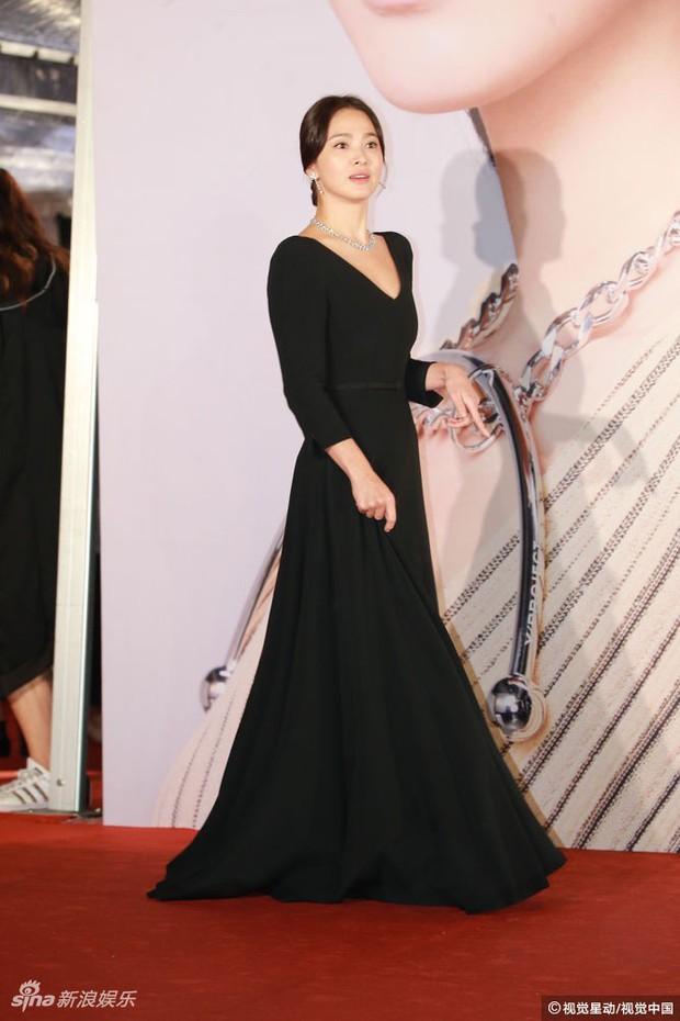 Lộng lẫy nhưng vừa dừ vừa tăng cân tại sự kiện hiếm hoi, Song Hye Kyo còn gây thất vọng vì nhẫn cưới mất hút - Ảnh 2.