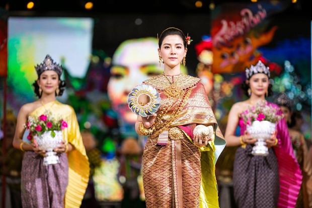 Dân tình náo loạn với nhan sắc cực phẩm của nữ thần Thungsa trong lễ Songkran 2019 tại Thái Lan - Ảnh 10.