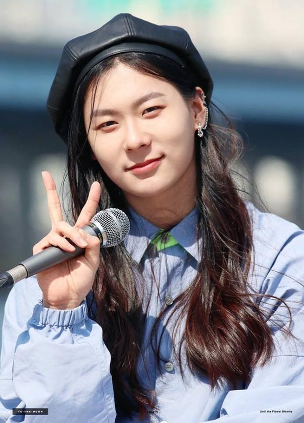 Sốc với ngoại hình idol từng gây bão ở Produce 101: Tóc dài thướt tha khiến con gái ghen tị, ai ngờ là nam rapper - Ảnh 1.