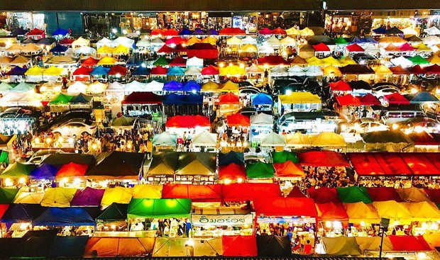 Quẩy nhiệt tình với Tết té nước Songkran xong đừng quên ghé qua khu chợ đêm nổi tiếng này ở Bangkok để ăn sập thế giới nhé! - Ảnh 3.