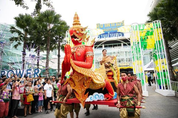 Dân tình náo loạn với nhan sắc cực phẩm của nữ thần Thungsa trong lễ Songkran 2019 tại Thái Lan - Ảnh 9.