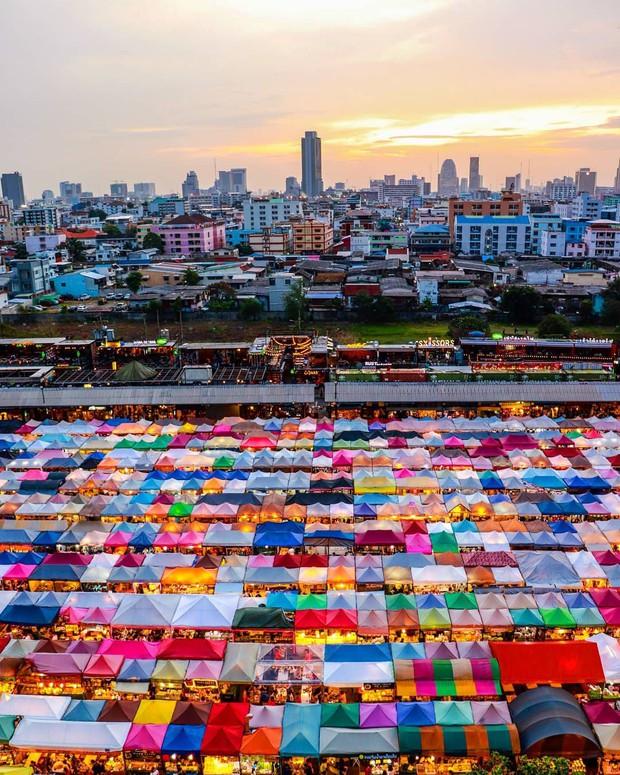Quẩy nhiệt tình với Tết té nước Songkran xong đừng quên ghé qua khu chợ đêm nổi tiếng này ở Bangkok để ăn sập thế giới nhé! - Ảnh 2.