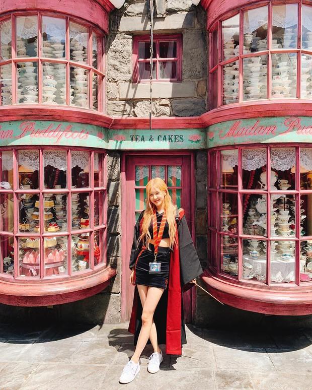 Đúng là gái xinh thì mặc gì cũng đẹp: Mỹ nhân Black Pink khoác áo choàng Harry Potter thôi mà cũng sexy thế này - Ảnh 1.
