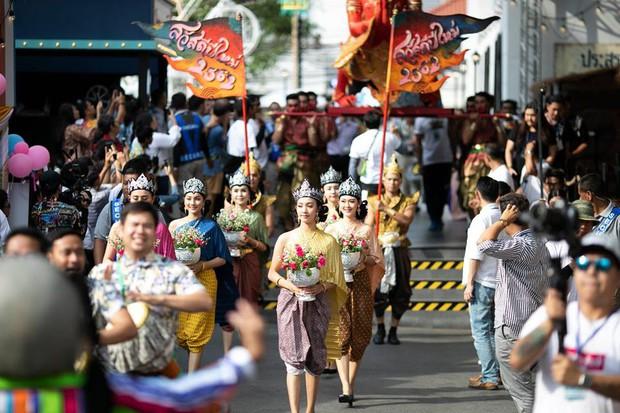 Dân tình náo loạn với nhan sắc cực phẩm của nữ thần Thungsa trong lễ Songkran 2019 tại Thái Lan - Ảnh 13.