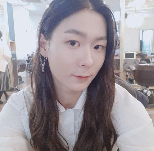 Sốc với ngoại hình idol từng gây bão ở Produce 101: Tóc dài thướt tha khiến con gái ghen tị, ai ngờ là nam rapper - Ảnh 7.