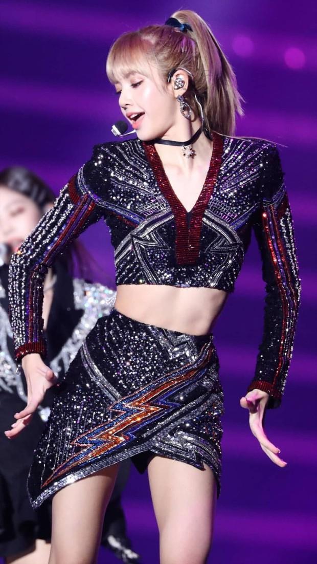 Diện váy trước Trương Ngọc Ánh, Lisa (Black Pink) sexy hơn hẳn nhờ công sáng tạo của stylist - Ảnh 5.
