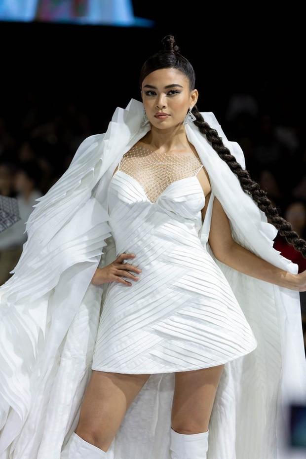"""Mâu Thuỷ lập """"cú đúp vedette"""" trong đêm cuối Aquafina Vietnam International Fashion Week Xuân Hè 2019 - Ảnh 2."""