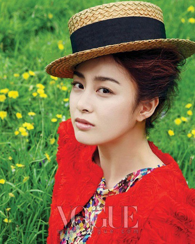 Vẻ đẹp của Kim Tae Hee: Từ nữ thần đại học đến biểu tượng nhan sắc, cả cái bóng phản chiếu trên tường cũng thừa sức gây sốt - Ảnh 14.