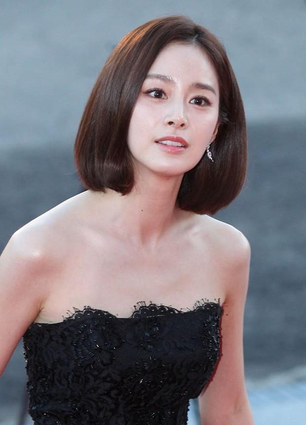 Vẻ đẹp của Kim Tae Hee: Từ nữ thần đại học đến biểu tượng nhan sắc, cả cái bóng phản chiếu trên tường cũng thừa sức gây sốt - Ảnh 17.