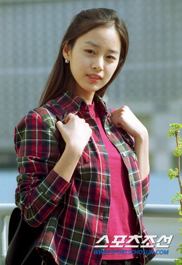 Vẻ đẹp của Kim Tae Hee: Từ nữ thần đại học đến biểu tượng nhan sắc, cả cái bóng phản chiếu trên tường cũng thừa sức gây sốt - Ảnh 3.
