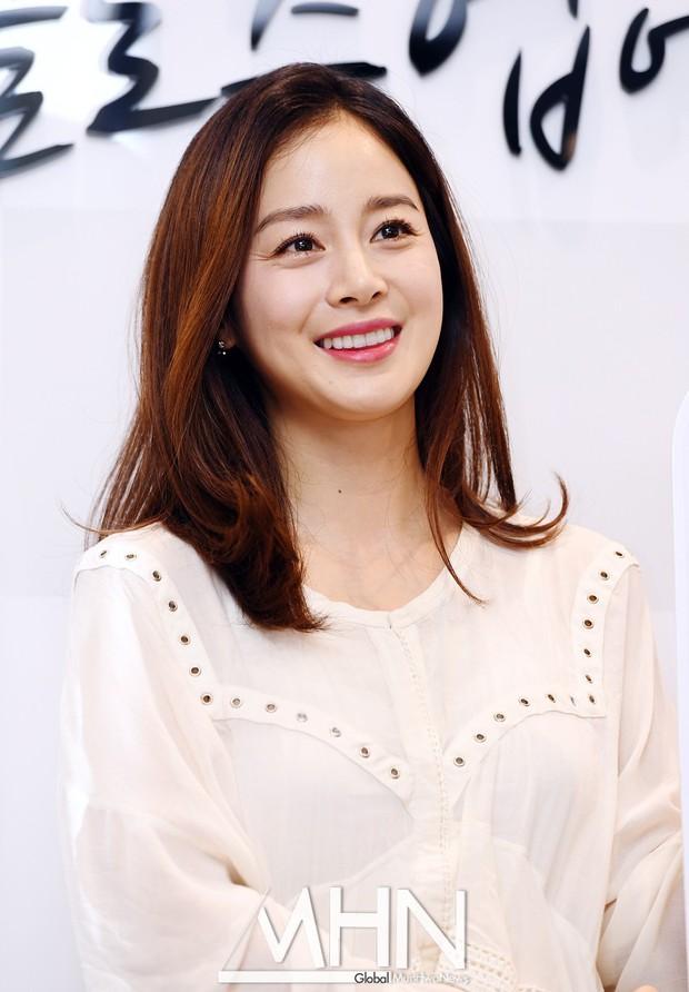 Vẻ đẹp của Kim Tae Hee: Từ nữ thần đại học đến biểu tượng nhan sắc, cả cái bóng phản chiếu trên tường cũng thừa sức gây sốt - Ảnh 21.