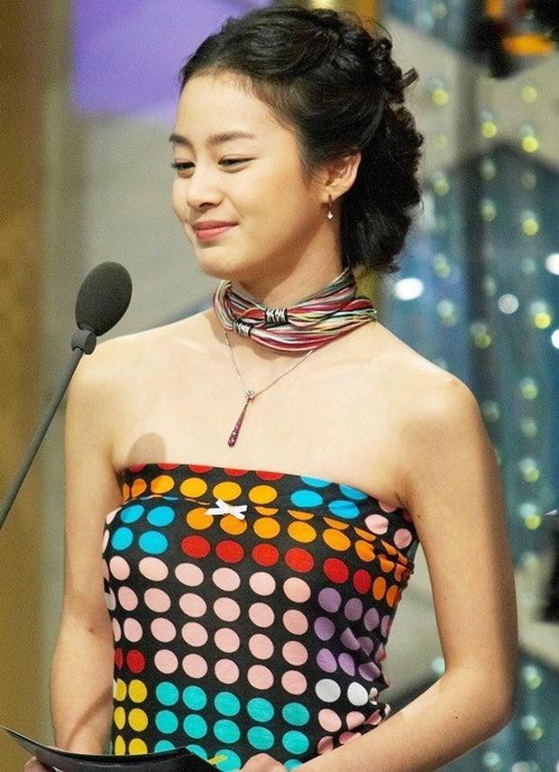 Vẻ đẹp của Kim Tae Hee: Từ nữ thần đại học đến biểu tượng nhan sắc, cả cái bóng phản chiếu trên tường cũng thừa sức gây sốt - Ảnh 9.