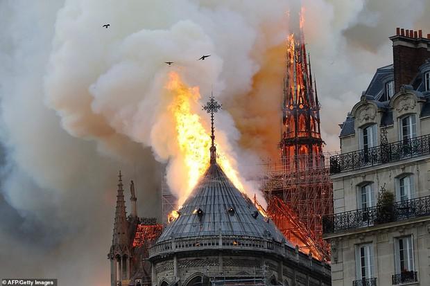 Đám cháy dữ dội bao phủ Nhà thờ Đức Bà Paris, đỉnh tháp 850 năm tuổi sụp đổ - Ảnh 9.