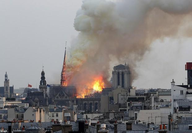 Đám cháy dữ dội bao phủ Nhà thờ Đức Bà Paris, đỉnh tháp 850 năm tuổi sụp đổ - Ảnh 6.