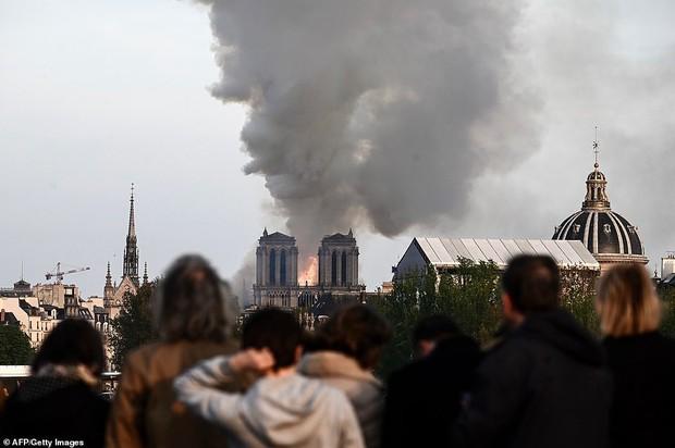 Người dân đau đớn nhìn ngọn lửa dữ dội trước mắt: Paris mà không có Nhà thờ Đức Bà thì không còn là Paris nữa - Ảnh 13.