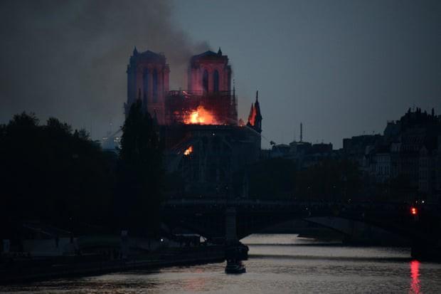 Đám cháy dữ dội bao phủ Nhà thờ Đức Bà Paris, đỉnh tháp 850 năm tuổi sụp đổ - Ảnh 19.