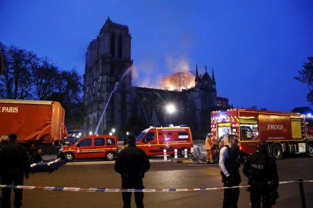 Đám cháy dữ dội bao phủ Nhà thờ Đức Bà Paris, đỉnh tháp 850 năm tuổi sụp đổ - Ảnh 17.