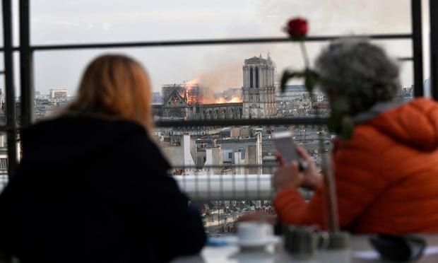 Người dân đau đớn nhìn ngọn lửa dữ dội trước mắt: Paris mà không có Nhà thờ Đức Bà thì không còn là Paris nữa - Ảnh 7.