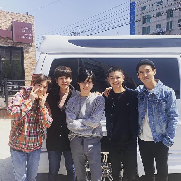 Nhìn đồng đội tiễn thành viên girlgroup nhà SM nhập ngũ, fan lại nhớ đến màn trình diễn thần thánh năm nào - Ảnh 4.