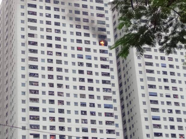 Hà Nội: Cháy tại tầng 32 chung cư HH Linh Đàm, khói đen bốc nghi ngút khiến nhiều người hoảng sợ - Ảnh 2.