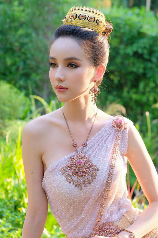 Yoshi diện quốc phục Thái, khoe vẻ ngoài tuyệt sắc xứng danh nữ thần tại Songkran 2019 - Ảnh 2.